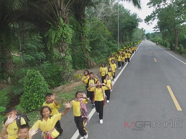 ชาวบ้านพัทลุงร่วมใจปลูกต้นไม้ริมถนนสร้างความร่มรื่นและความสุขแก่ผู้ขับขี่