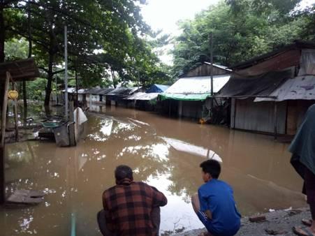 ฝนถล่ม-น้ำเมยทะลัก เรือล่มชาวบ้านหาย 3 ช่วยได้แล้ว 2 อีกรายยังไม่รู้ชะตากรรม