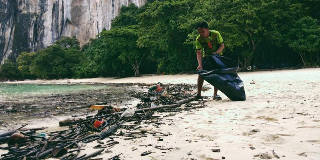 ภาพ จนท. อุทยานฯ ธารโบกขรณี เก็บขยะที่เกาะห้อง