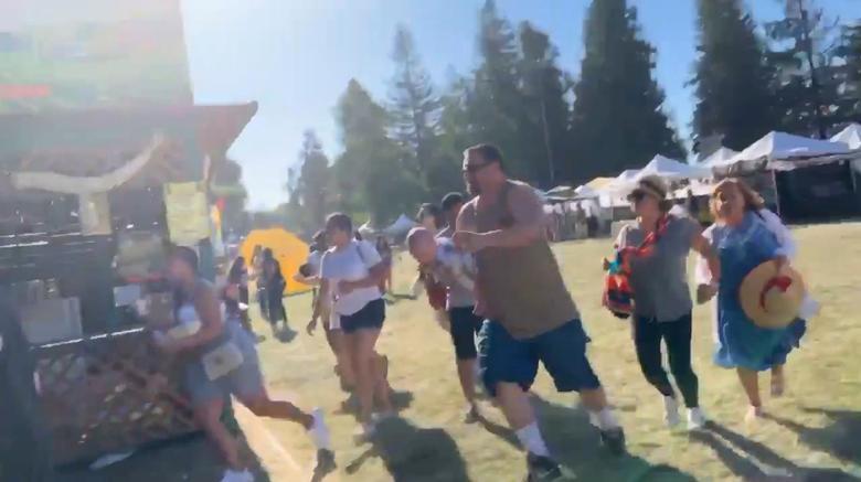 คนมากมายพากันวิ่งหนีเพื่อให้รอดชีวิตจากเหตุกราดยิงในงานเทศกาลอาหาร ที่แคลิฟอร์เนีย