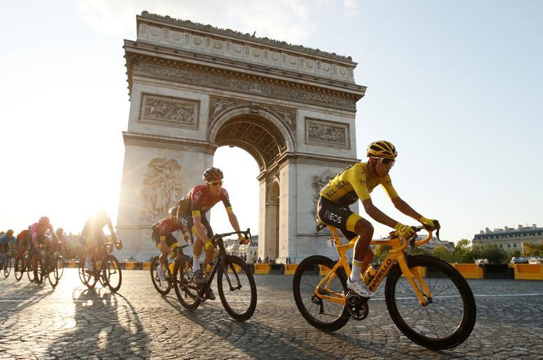 อีแกน เบอร์นัล นักปั่นเสื้อเหลืองชาวโคลอมเบีย ขี่จักรยานเข้าสู่ปารีส ในการแข่งขัน ตูร์ เดอ ฟรองซ์