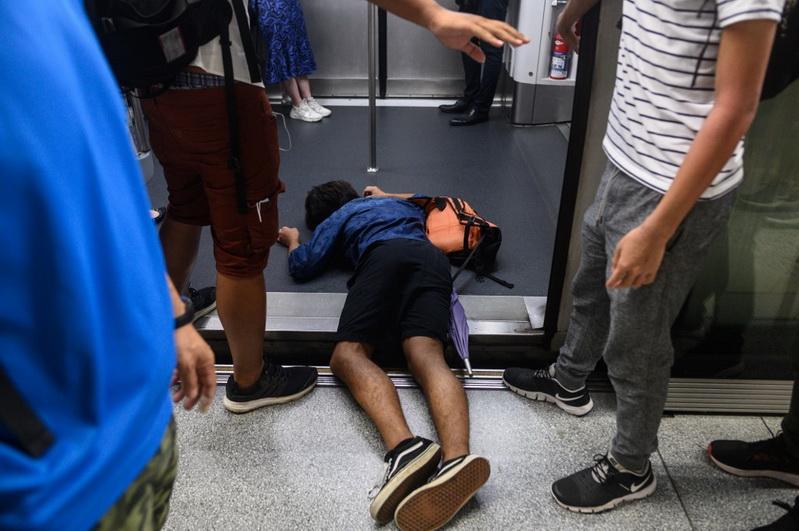 ฮ่องกงป่วน!! ผู้ประท้วงบุกขวาง 'รถไฟ' ทำสัญจรอัมพาตในชั่วโมงเร่งด่วน-ยกเลิกเที่ยวบินกว่า 100 เที่ยว