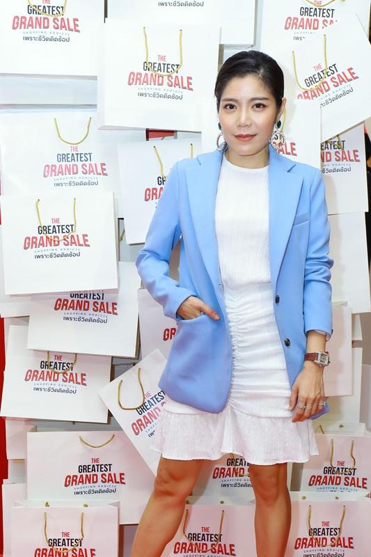 อัชฌา เจริญรัศมีเกียรติ เมื่อต้องการลุคทางการเสื้อเบลเซอร์สีฟ้าก็ให้ลุคที่เรียบร้อย แมตช์กับความสุภาพด้วยชุดเดรสสีขาว
