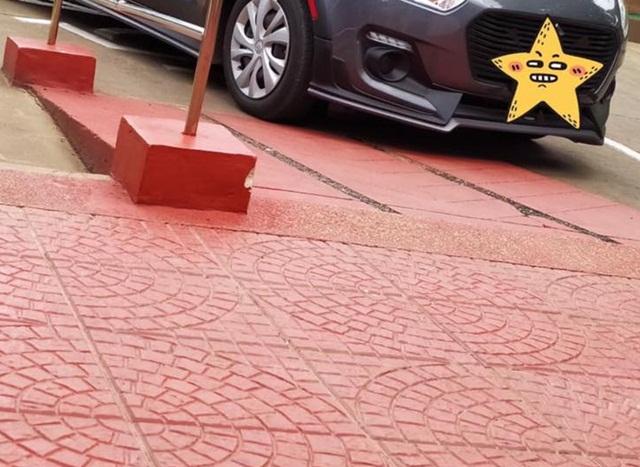 เพจดังเผยภาพ! รถยนต์จอดกีดขวางทางลาด วอนเห็นใจผู้พิการนั่งวีลแชร์