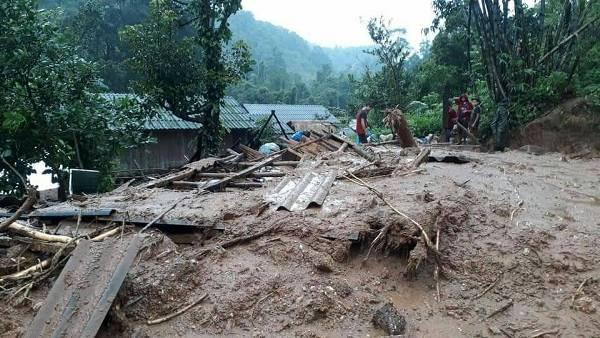 ระทึก!น้ำโคลนถล่มทับหมู่บ้านเชิงเขาท่าสองยางพัง 5 หลัง ชาวบ้านหนีตายกันโกลาหล