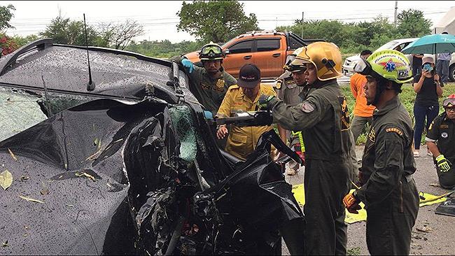 อุบัติเหตุหนุ่มขับรถพาญาติไปรพ.ชนยางอะไหล่ตกกลางถนนเสียหลักเสยเสาไฟฟ้าดับ 3