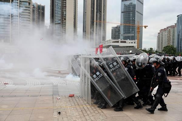 ตำรวจจีนกว่า 12,000 คน ซ้อมปราบจลาจลในเมืองเซินเจิ้นเมื่อวันที่ 6 ส.ค. (ภาพ รอยเตอร์ส)