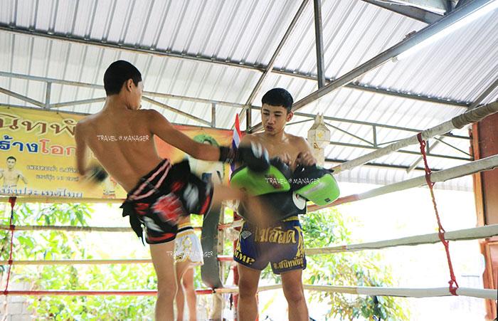 นักมวยของค่ายมวย อ.สนิทพันธุ์  โชว์ลีลาการฝึกซ้อมต่อยมวยไทย