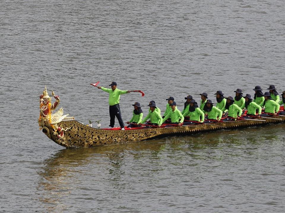 ทร.ฝึกซ้อมเรือพระราชพิธีเสด็จเลียบพระนครโดยขบวนพยุหยาตรา 52 ลำในแม่น้ำเจ้าพระยาเป็นครั้งแรก ความยาวขบวนเรือ 1.2 กม.