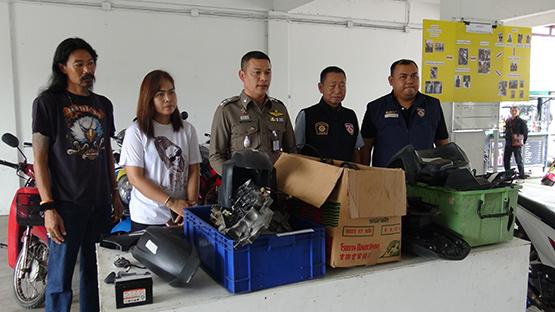 ตำรวจคูคตทลายแก๊งลักทรัพย์ ของกลางรถจักรยานยนต์ 10 คัน