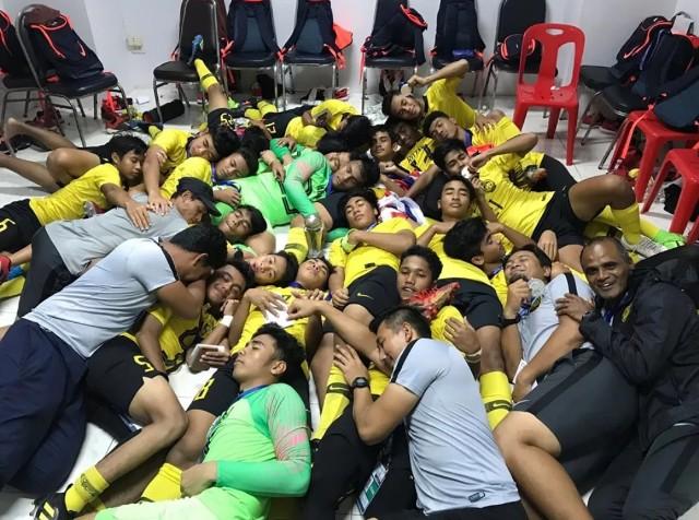 ฝันดี! มาเลเซีย U15 นอนฉลองแชมป์อาเซียน เลียนแบบชุดใหญ่