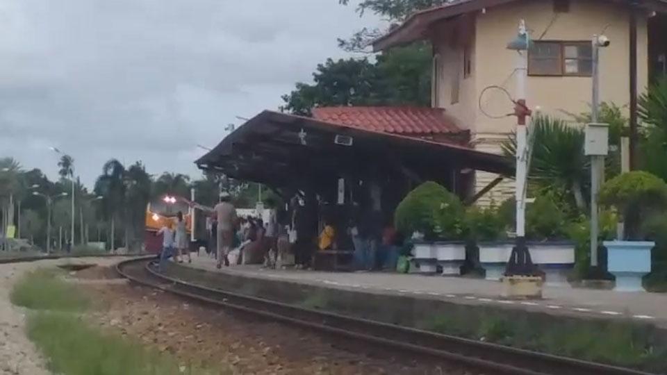 เกือบตาย! หนุ่มถ่ายรูปบนทางรถไฟก่อนที่รถไฟจะเข้าชานชาลาเสี้ยววินาที