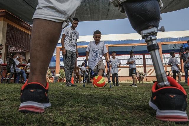 เด็กพิการชาวปาเลสไตน์เล่นฟุตบอลในระหว่างค่ายฤดูร้อนที่จัดโดย Palestinian Childrens Relief Fund (PCRF) ในเมืองข่านยูนิสในฉนวนกาซาเมื่อวันที่ 3 ส.ค.