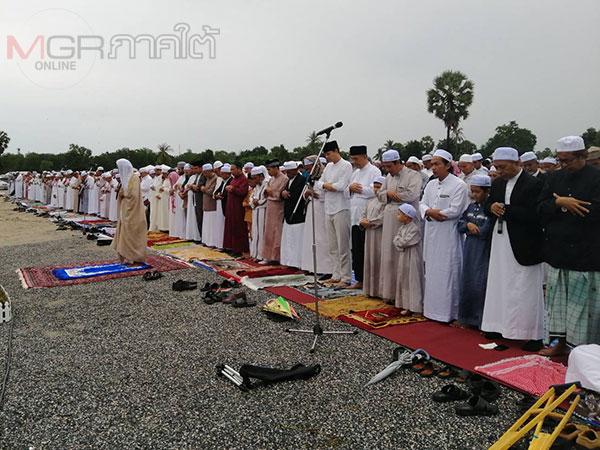 ชาวมุสลิมปัตตานีนับพันคนร่วมละหมาดกลางสนามในวันอีดิลอัฎฮา