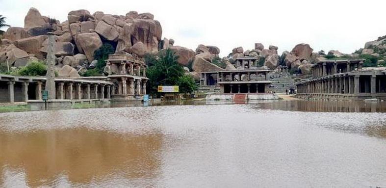 เมืองโบราณฮัมปี (Hampi) ซึ่งเป็นโบราณสถานมรดกโลกในรัฐกรณาฏกะ ถูกกระแสน้ำจากเขื่อนแห่งหนึ่งไหลหลากเข้าท่วมเมื่อวันอาทิตย์ (11 ส.ค.)