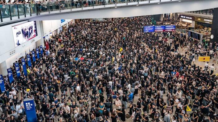 (ชมคลิป)ม็อบบุกสนามบินฮ่องกง ผู้โดยสารป่วน หลังยกเลิกทุกเที่ยวบิน