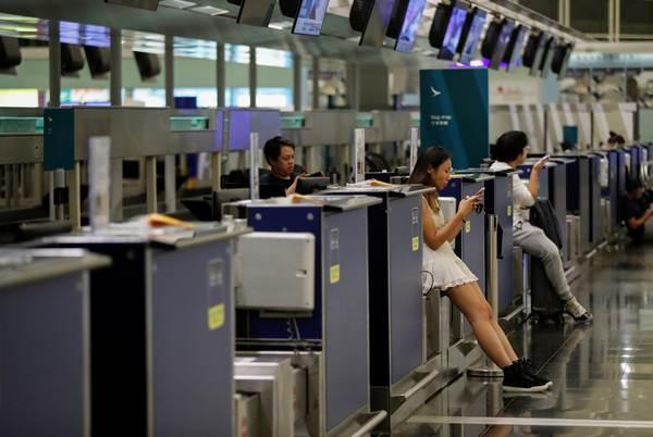 ผู้โดยสารที่สนามบินนานาชาติฮ่องกง ภาพ 12 ส.ค. (รอยเตอร์ส)
