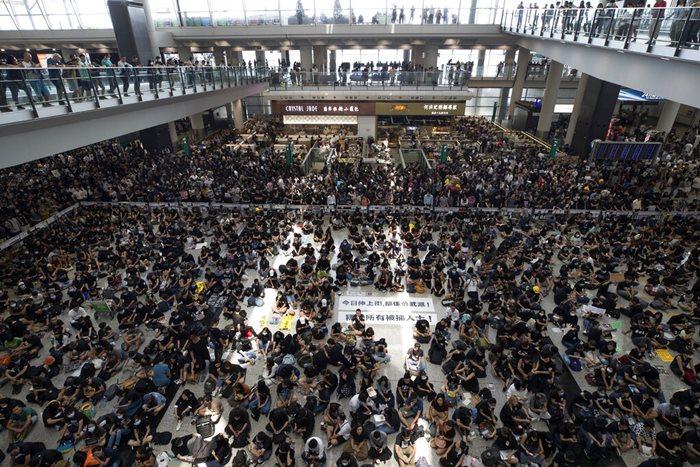 จีนสวดผู้ประท้วงหัวรุนแรง-ชี้สัญญาณก่อการร้าย  สนามบินฮ่องกงระงับบริการหลังถูกม็อบนับพันบุก