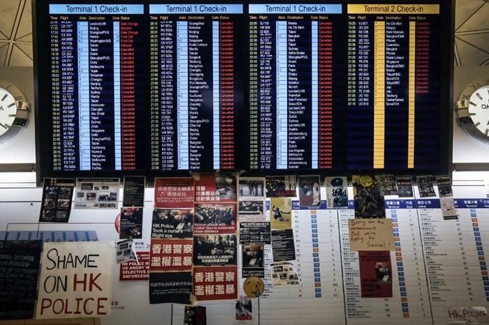 <i>แผ่นป้ายข้อมูลข่าวสารเที่ยวบิน ณ ท่าอากาศยานนานาชาติฮ่องกง เมื่อวันจันทร์ (12 ส.ค.) ซึ่งแสดงให้เห็นว่าเที่ยวบินทั้งขาเข้าและขาออกทั้งหมดได้ถูกยกเลิก </i>
