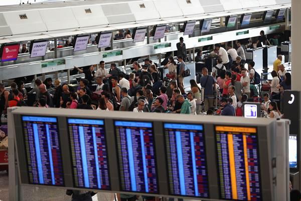 ผู้โดยสารเข้าแกวที่เคาเตอร์เช็คอินในวันอังคาร สนามบินฮ่องกงพยายามกู้ปฏิบัติการหลังจากเดี้ยงไปเพราะการประท้วงของกลุ่มต่อต้านรัฐบาล ภาพ 13 ส.ค. (ภาพ รอยเตอร์ส)