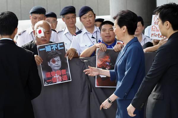 ผู้นำสูงสุดแห่งฮ่องกง แคร์รี่ แลม พบปะผู้ร้องทุกข์นอกสำนักงานรัฐบาล เหตุตำรวจใช้ความรุนแรงยิงกระสุนเข้าที่ตาผู้ประท้วงจนตาบอดทำให้กระแสประท้วงที่สนามบินพุ่งปรี๊ดในวันจันทร์ ภาพ 13 ส.ค. (ภาพ รอยเตอร์ส)