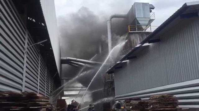 เพลิงไหม้โรงงานเฟอร์นิเจอร์ไม้คลอกสดดับ 2 ศพบาดเจ็บ 4 ราย