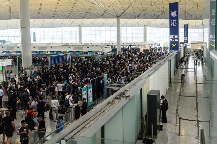 <i>กลุ่มผู้ประท้วงเรียกร้องประชาธิปไตยชาวฮ่องกง (กลาง) ชุมนุมกันปิดกั้นพื้นที่หน้าทางเข้าสู่ประตูขาออก ของสนามบินฮ่องกง วันอังคาร (13 ส.ค.) </i>