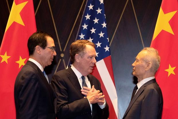 (แฟ้มภาพ) โรเบิร์ต ไลท์ไฮเซอร์ ผู้แทนการค้าสหรัฐฯ(คนกลาง) กำลังพูดคุยกับนายกรัฐมนตรีหลิว เหอ ของจีน(ซ้ายสุด) ระหว่างถ่ายภาพกลุ่มหลังเจรจาทางการค้าที่นครเซี่ยงไฮ้ ประเทศจีน เมื่อวันที่ 31 กรกฎาคม โดยมี สตีฟ มนูชิน รัฐมนตรีต่างประเทศสหรัฐฯ(ซ้ายสุด) ร่วมพูดคุยด้วย
