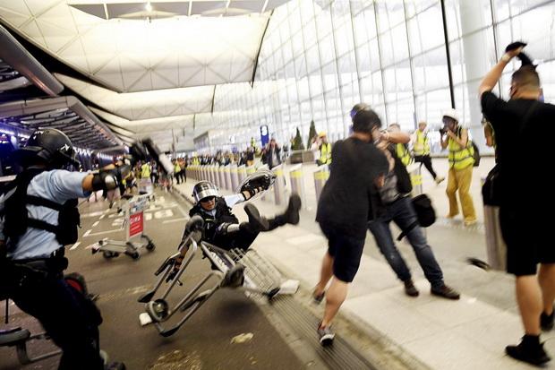 ผู้ประท้วงปะทะตำรวจที่สนามบิน กงสุลไทยเตือนหลีกเลี่ยงเดินทางไปฮ่องกง