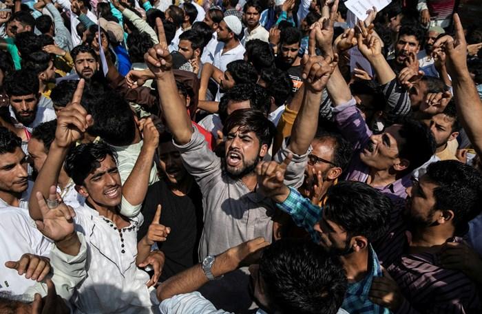 ชาวแคชเมียร์เข้าร่วมการประท้วงต่อต้านรัฐบาลอินเดีย ภายหลังพิธีละหมาดเนื่องในวันอิดิลอัฎฮา ที่มัสยิดในเมืองศรีนคร เมื่อวันจันทร์ (12 ส.ค.) ถึงแม้ทางการอินเดียประกาศใช้มาตรการจำกัดความเคลื่อนไหวอันเข้มงวดกวดขัน