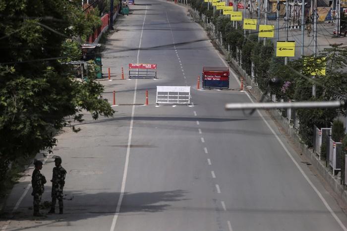เจ้าหน้าที่ความมั่นคงอินเดียยืนรักษาการณ์บนถนนที่กลายเป็นถนนร้าง ระหว่างการใช้มาตรการจำกัดต่างๆ ในวันอิดิลอัฎฮา ที่เมืองศรีนคร