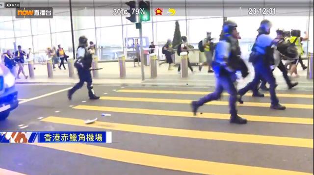 กลุ่มตำรวจปราบจลาจล และหน่วยยุทธการพิเศษ 2-3 กลุ่ม จึงได้ลงจากรถตู้ ใช้สเปรย์พริกไทยและกระบองไล่ต้อนผู้ประท้วงเพื่อเปิดทางให้รถพยาบาล ออกจากสนามบิน (ภาพจากคลิป https://www.facebook.com/now.comNews)