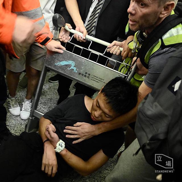 ผู้ประท้วงได้กล่าวหาชายคนหนึ่ง ในอาคารผู้โดยสาร ว่าเป็นตำรวจ เจ้าหน้าที่หน่วยงานความมั่นคงจากจีนแผ่นดินใหญ่ (ภาพ standnewsHK)