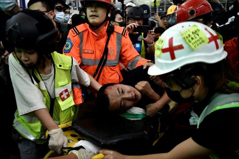 """จีนจวกม๊อบฮ่องกงทำตัวเยี่ยง """"ผู้ก่อการร้าย"""" หลังเหตุรุมทำร้ายที่สนามบิน"""