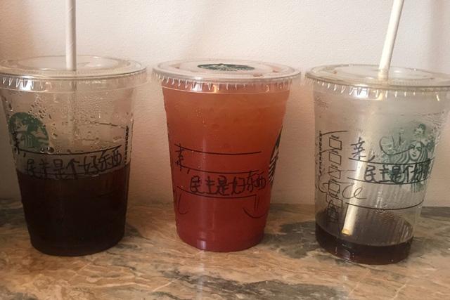 บาริสต้าสตาร์บัคส์ ฮ่องกง เขียนแก้วกาแฟสนับสนุน ปชต. ให้ลูกค้าจีนแผ่นดินใหญ่