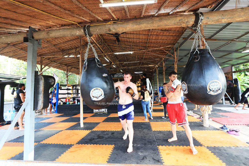 ชาวต่างชาติฝึกซ้อมเรียนมวยไทย