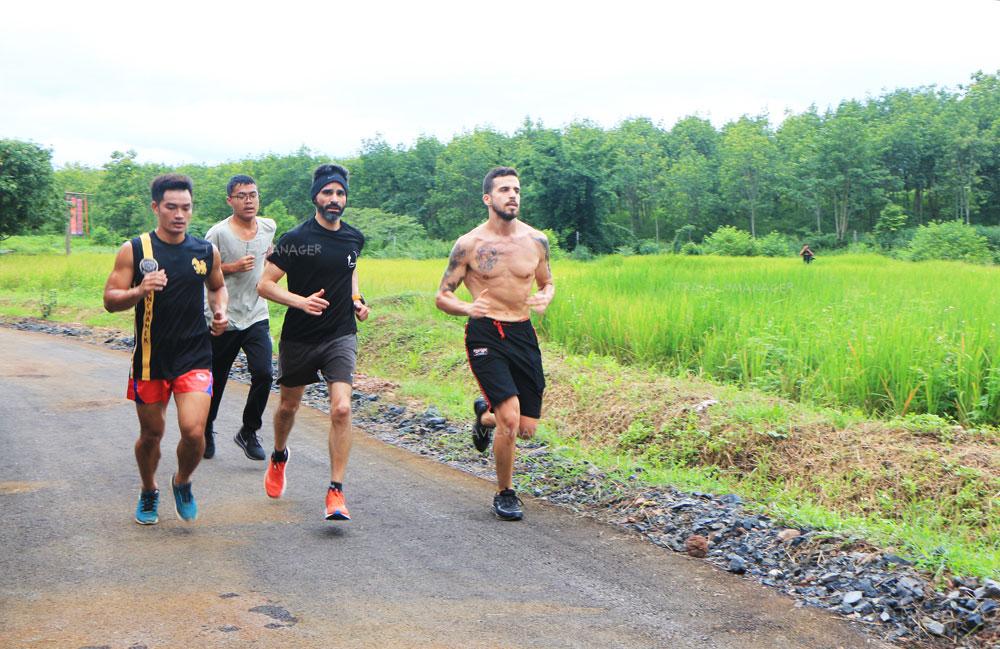การวิ่งออกกำลังกายยามเช้าเป็นหนึ่งในกิจกรรมการมาเรียนมวยไทย