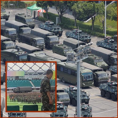 "In Pics&Clip: สัญญาณตรงเข้าฮ่องกง! ""ฝูงยานหุ้มเกราะ-รถลำเลียง"" จอดรอเป็นตับ ระหว่างตำรวจจีนหลายร้อยฝึกซ้อมข่มขวัญในสนามกีฬาเมืองเซินเจิ้น"