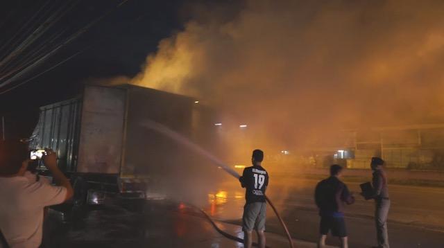 ระทึกไฟไหม้รถบรรทุกขนแม็กไลน์เนอร์ เจ้าหน้าที่เร่งดับ