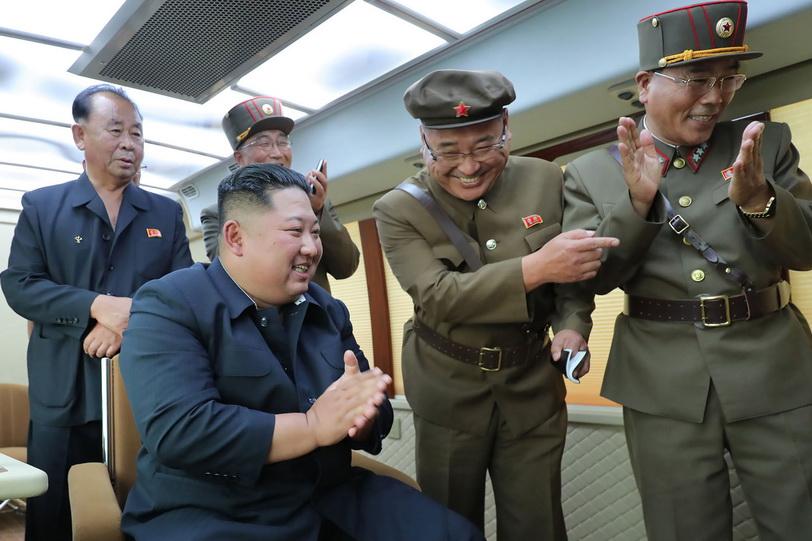 ผู้นำ คิม จองอึน แห่งเกาหลีเหนือเฉลิมฉลองกับบรรดาเจ้าหน้าที่โสมแดง หลังยิงทดสอบขีปนาวุธพิสัยใกล้ 2 ลูกสำเร็จเป็นที่น่าพอใจ ภาพเผยแพร่โดยสำนักข่าว KCNA วันนี้ (17 ส.ค.)