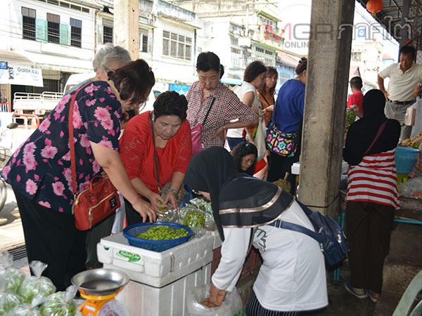 นักท่องเที่ยวมาเลเซียแห่ซื้อสะตอขอฝากจากเบตงช่วงวันหยุดสุดสัปดาห์