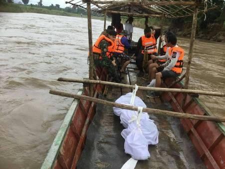 พบแล้วเหยื่อเรือล่มจมน้ำเมย ศพลอยไกล 10 กม. แต่ชาวอุ้มผางถูกน้ำป่าซัดเรือจมหายอีกราย