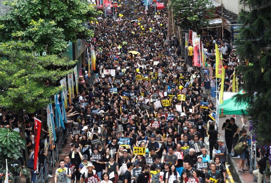 ม็อบฮ่องกงยังจุดติดฝูงชนชุมนุมแน่นขนัด ไม่สนภาพความรุนแรง-เมินปักกิ่งขู่คำราม