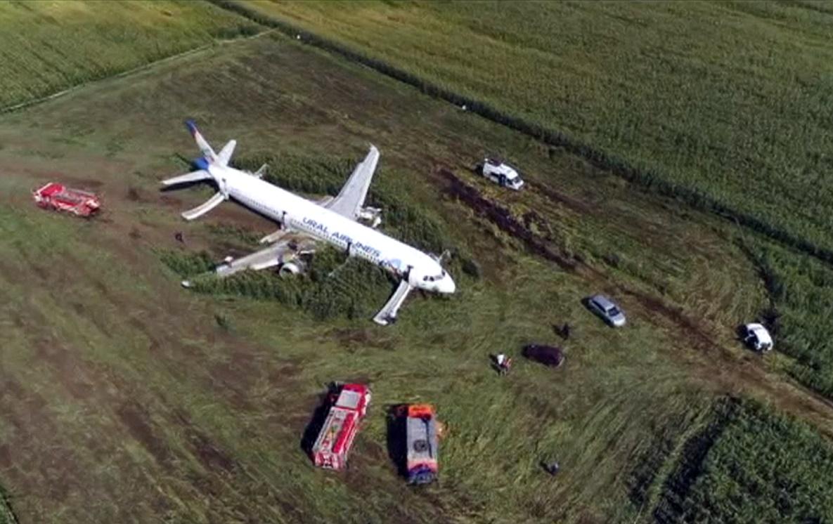 เครื่องบินสายการบิน A321 ของบริษัทสายการบินรัสเซีย อูราล แอร์ไลน์ส (Ural Airlines)ขอร่อนลงจอดฉุกเฉินกลางไร่ข้าวโพดใกล้ Ramenskoye นอกกรุงมอสโก รัสเซีย พบเที่ยวบินนี้มีผู้โดยสารบนลำ 226 คน และลูกเรือ 7 คนในขณะเกิดเหตุ การขอลงจอดเกิดขึ้นหลังเครื่องบินได้ชนเข้ากับฝูงนกในขณะกำลังขึ้นเทคออฟจากสนามบินนานาชาติซูคอฟสกี (Zhukovsky) กรุงมอสโก เจ้าหน้าที่การแพทย์รัสเซียกล่าวว่า มี 23 คนรวมเด็ก 5 รายได้รับการรักษาพยาบาลอาการบาดเจ็บ ภาพวันพฤหัสบดี(15) ภาพเอพี