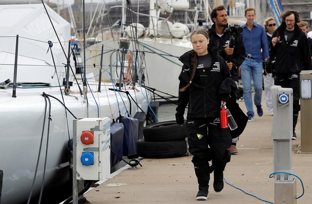 นักเคลื่อนไหวเรียกร้องสภาวะอากาศโลกชื่อดังระดับโลก เกรตา ทุนเบิร์ก (Greta Thunberg)วัยรุ่นชาวสวีเดนกำลังจะเดินไปขึ้นเรือที่มาลิเซีย 2 (Malizia II boat) ที่ท่าพลีมัธ (Plymouth)ทางตอนใต้ของอังกฤษ เดินทางข้ามมหาสมุทรแอตแลนติกเพื่อไปร่วมการประชุมสภาพอากาศโลกขององค์การสหประชาชาติที่นิวยอร์ก ภาพวันพุธ(14) ภาพรอยเตอร์