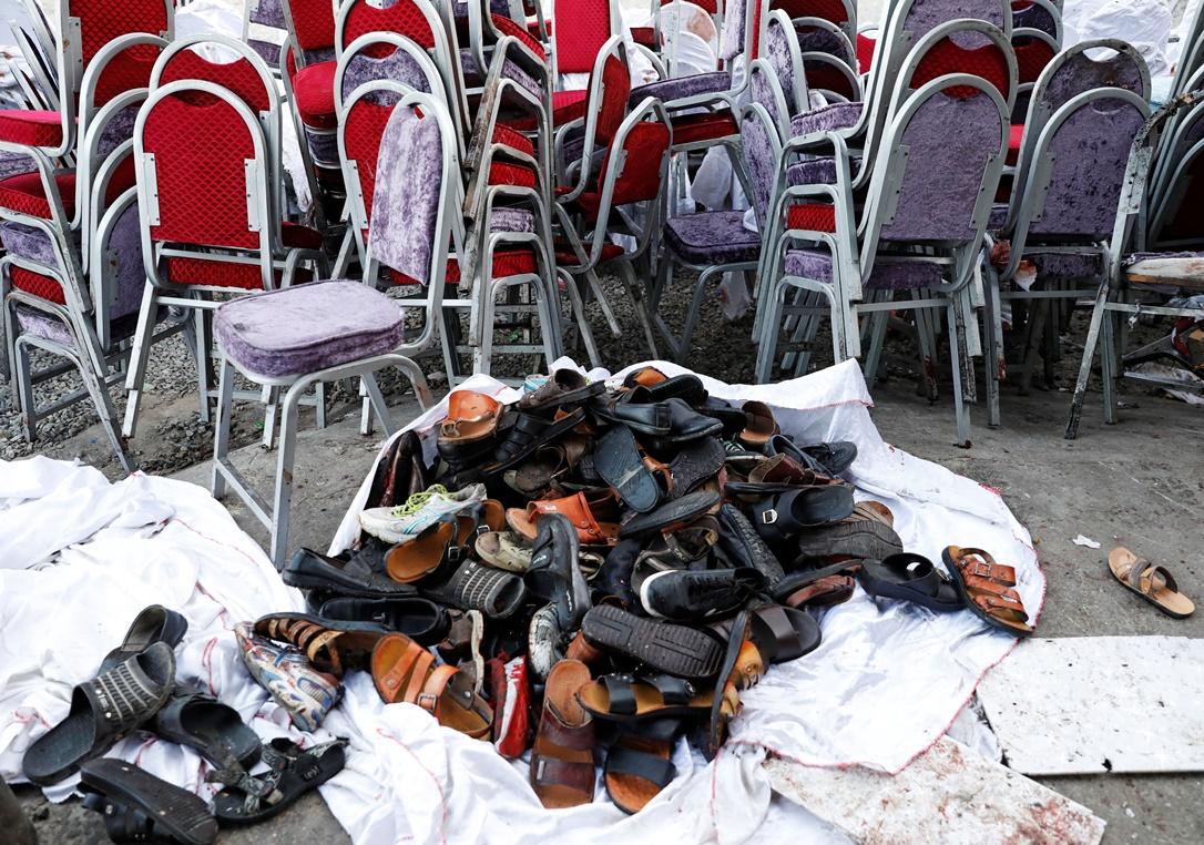 ภาพกองรองเท้าของผู้เข้ามาร่วมงานแต่งงานที่ถูกจัดขึ้นที่กลางกรุงคาบูล อัฟกานิสถาน งานแต่งถูกโจมตีด้วยระเบิดในช่วงกลางดึกวันเสาร์(17)ทำให้มีผู้เสียชีวิตไม่ต่ำกว่า 63 คน และบาดเจ็บอีก 182 คนเป็นอย่างน้อย ภาพวันอาทิตย์(18) ภาพรอยเตอร์