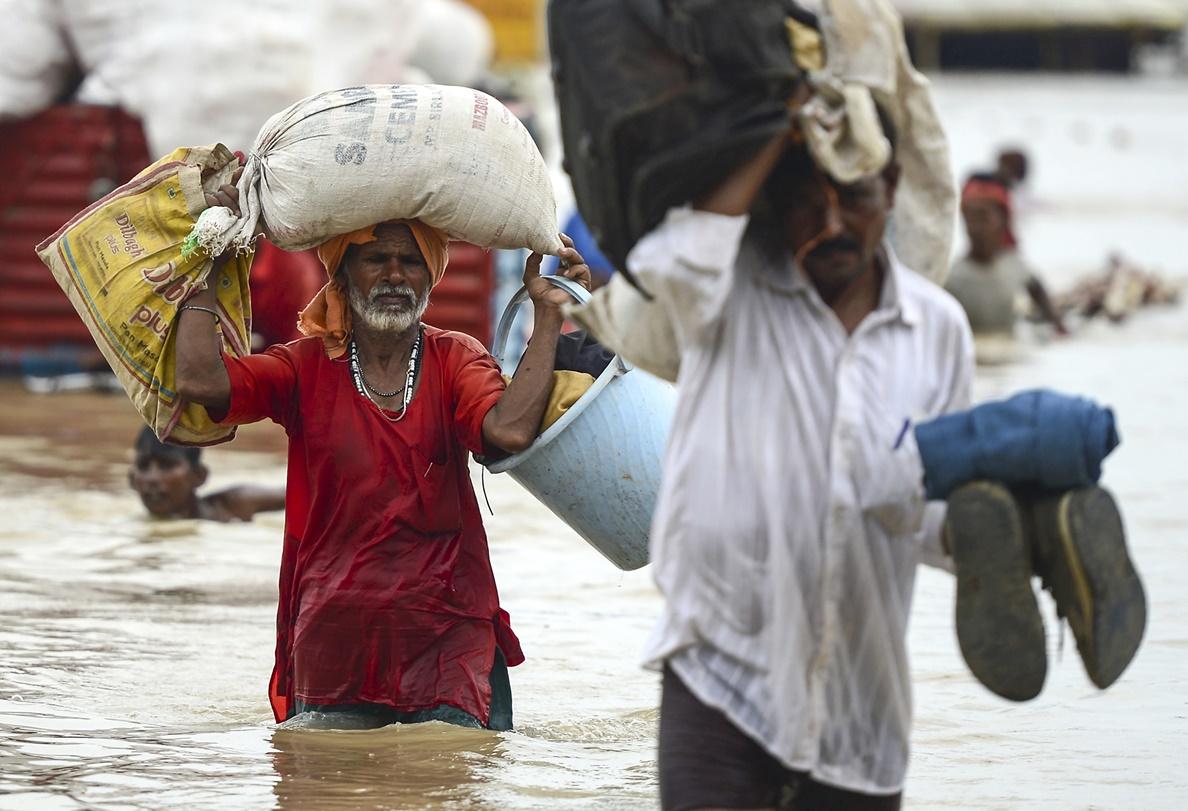 ชาวอินเดียอาศัยในพื้นที่ต่ำบริเวณริมฝั่งแม่น้ำคงคาได้ผลกระทบจากน้ำท่วมครั้งใหญ่ต่างหอบสัมภาะเพื่อไปยังพื้นที่แห้งน้ำในซานกาม( Sangam) ขณะที่ระดับน้ำในแม่น้ำคงคาและแม่น้ำยมุนาสูงขึ้นอย่างรวดเร็วช่วงระหว่างฝนมรสุมในภูมิภาค ที่อัลลอฮาบาด(llahabad) เมืองใหญ่เมืองหนึ่งในรัฐอุตตรประเทศ ภาพวันอาทิตย์(18)ภาพเอเอฟพี