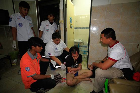 ตำรวจคลองหลวง จับชายเช่าห้องพักรายวันเสพยาบ้าจนคลุ้มคลั่ง