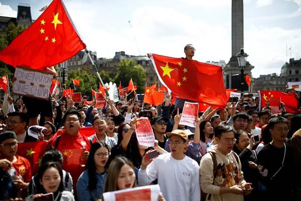 """การเดินขบวนที่จัตุรัสทราฟัลการ์ กรุงลอนดอน ร้องตระโกรน """"หนึ่งประเทศ หนึ่งจีน"""" เมื่อวันเสาร์ที่ 17 ส.ค. (ภาพ รอยเตอร์ส)"""