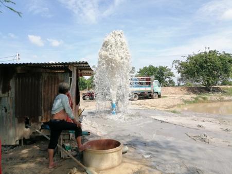 """""""พิจิตร""""ประกาศแล้งกลางฝนแล้วกว่า 100 หมู่บ้าน ชาวนาแห่จ้างเจาะบาดาลฟื้นนาข้าว"""